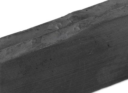 Bruchkante eines angeritzten Ferrit-Magneten