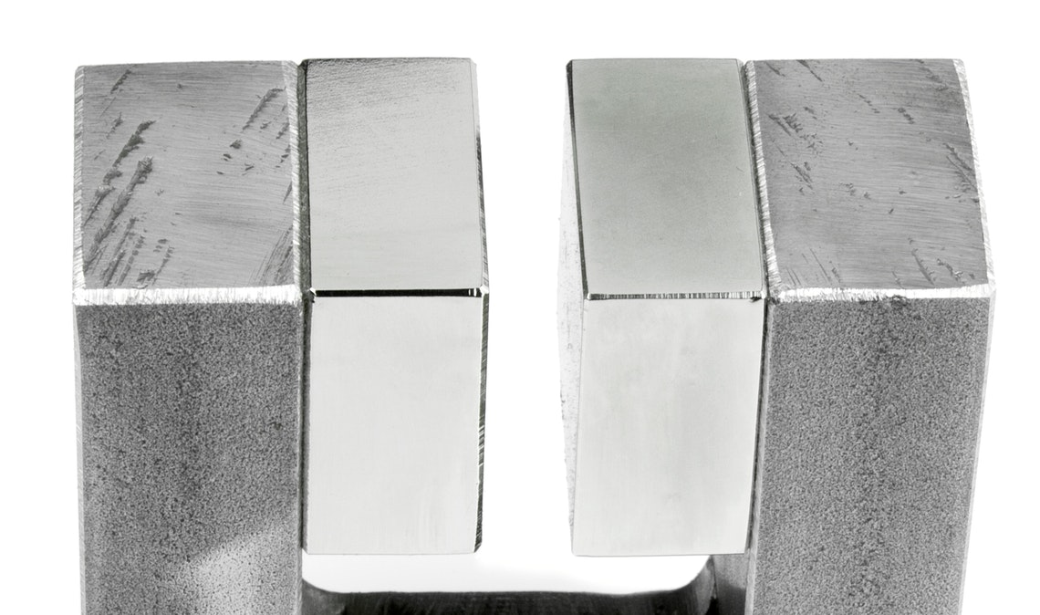 Homogeneous magnetic field in the gap between two large magnets