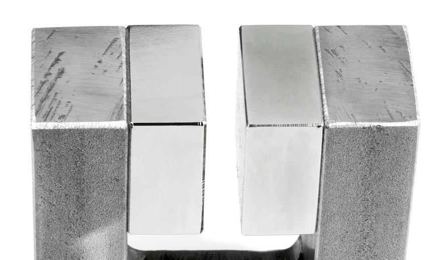 Homogeen magneetveld in de spleet lucht tussen twee grote magneten