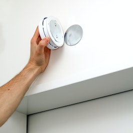 Mounting set for smoke alarm equipped with neodymium magnets