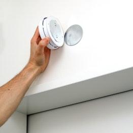 Befestigungsset für Rauchmelder mit Neodym-Magneten ausgestattet