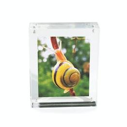 Fotolijstje 11,5 x 9 cm met magneetsluiting, van doorzichtig plexiglas, voor staand of liggend formaat