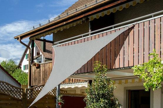 Tenda parasole fissata con i magneti. I magneti si attaccano alla ringhiera del balcone.