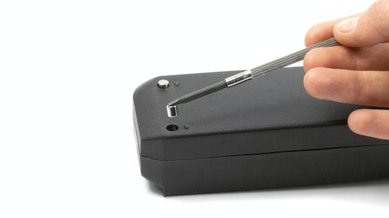 Stabmagnete werden in die Aussparungen einer Steckdosenleiste eingesetzt
