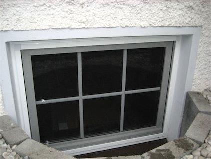 Installer une moustiquaire montée sur un cadre en aluminium avec des aimants sur la fenêtre