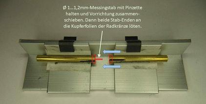Zentriervorrichtung mit symbolisch dargestellter Vorgehensweise: Radkränze und Messingstäbchen sind rot skizziert.