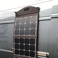 Faltbare Solartasche am Camper befestigen
