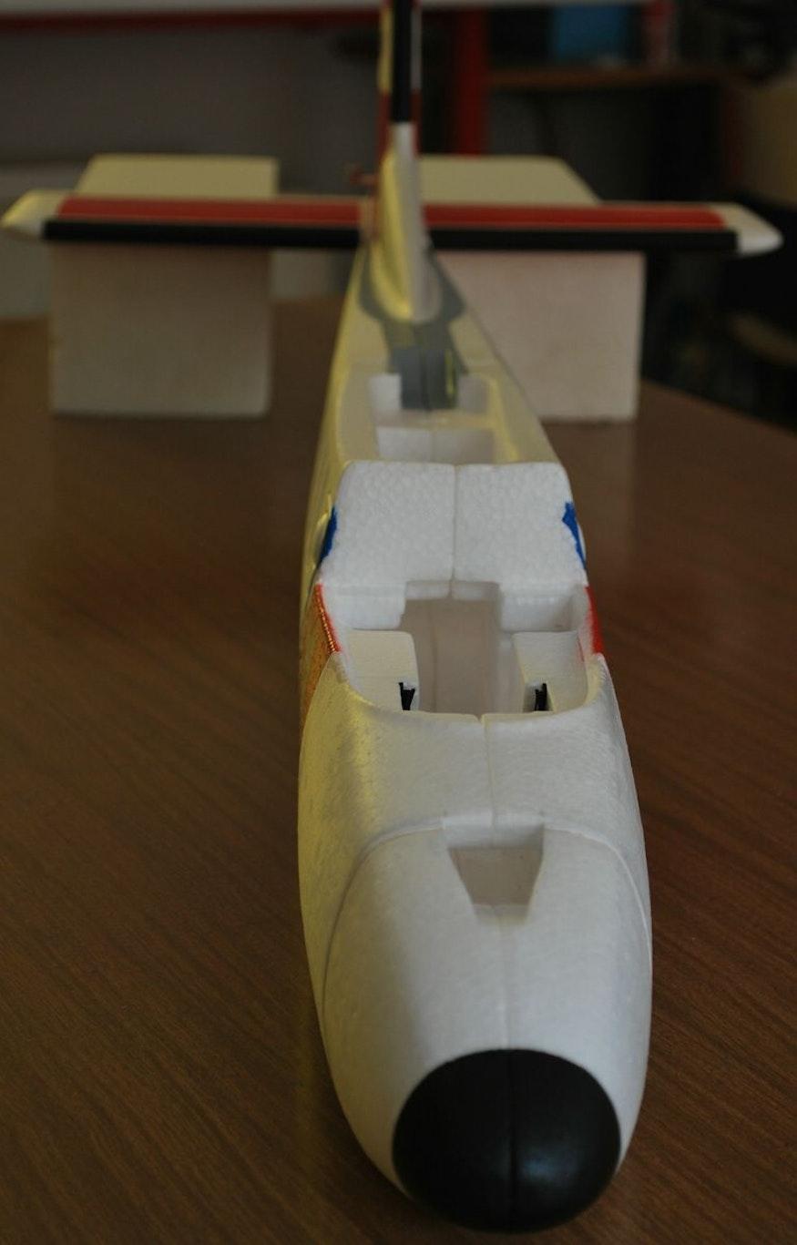 De esta forma las partes del fuselaje quedan firmemente unidas pero siguen siendo flexibles.