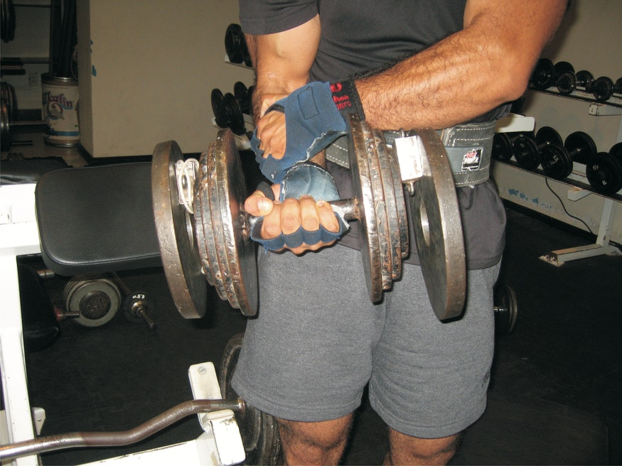 Dass Juan Carlos auch dieses Gewicht fast mühelos zu heben vermag, versteht sich wohl von selbst... Die anderen Fitness-Studio-Besucher sind ihm aber sicher dankbar, wenn er die zusätzlichen Scheiben nach dem Training wieder entfernt!