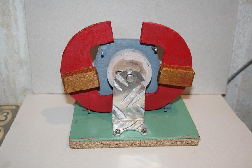 Die Kiefer kippen auseinander, weil die Magnete auf der Scheibe weggedreht werden