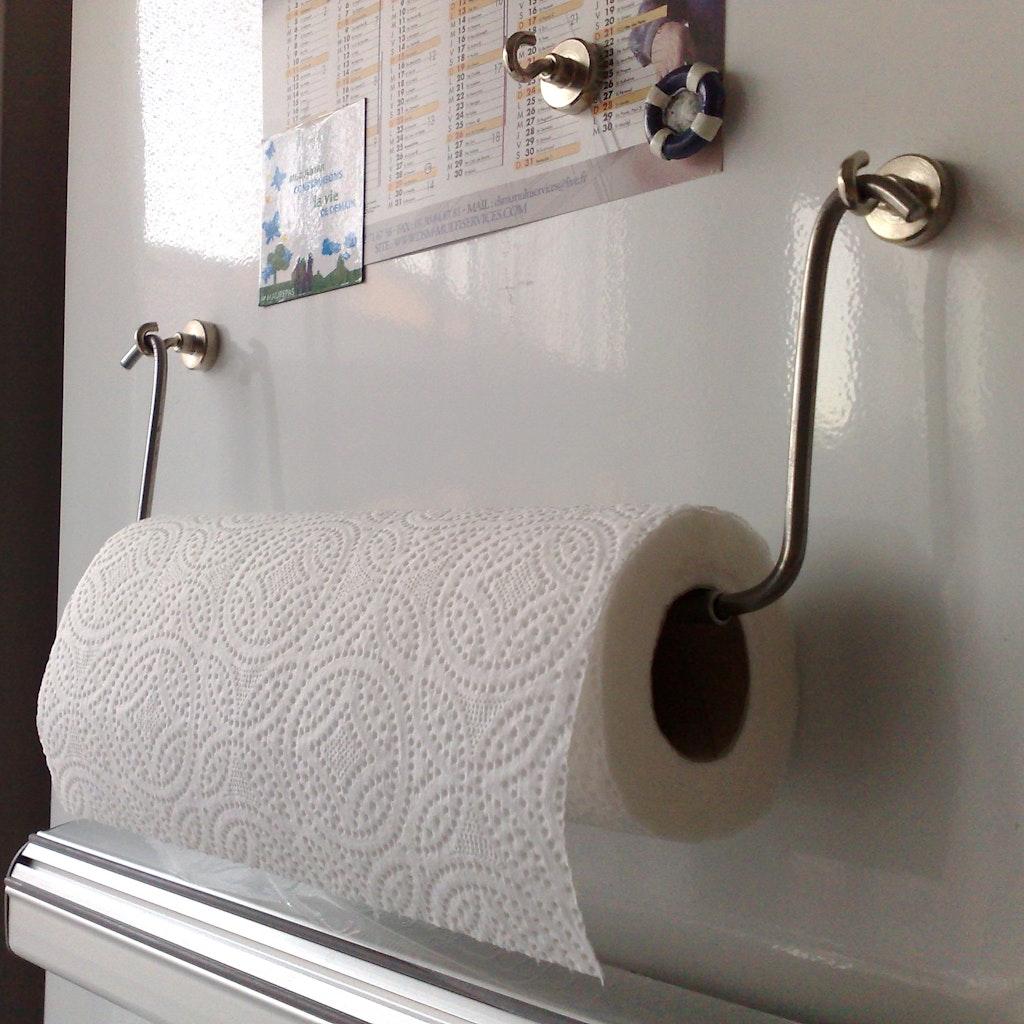 accrocher du papier essuie tout avec crochet magn tique. Black Bedroom Furniture Sets. Home Design Ideas