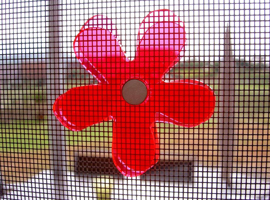 Una flor a cada lado de la rejilla - queda bien y es bien visible
