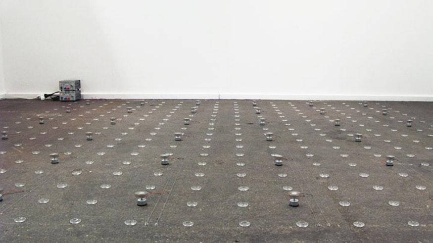 Sicht auf die ganze Installation mit 288 Uhrengläsern