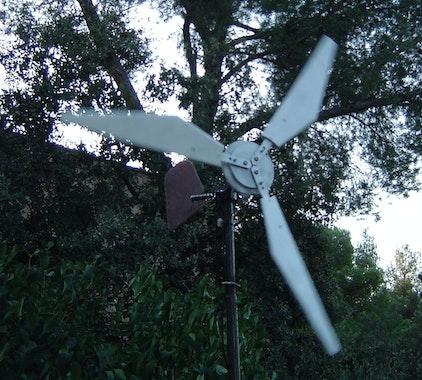 Fertiges Windrad mit drei Blättern aus Plexiglas