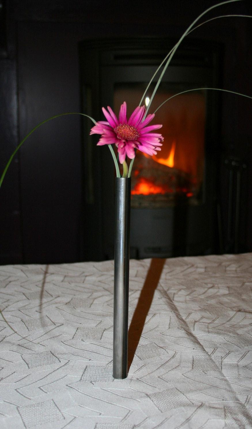 Le vase semble tenir tout seul sur la table.