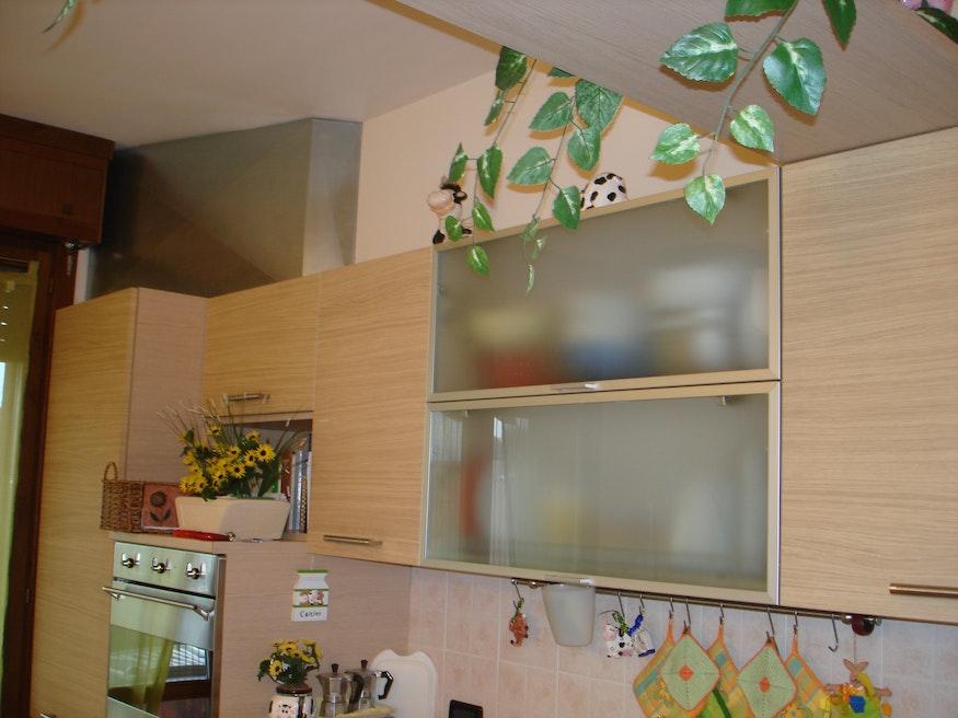 Jetzt fällt das Rohr in der modernen Küche überhaupt nicht mehr auf