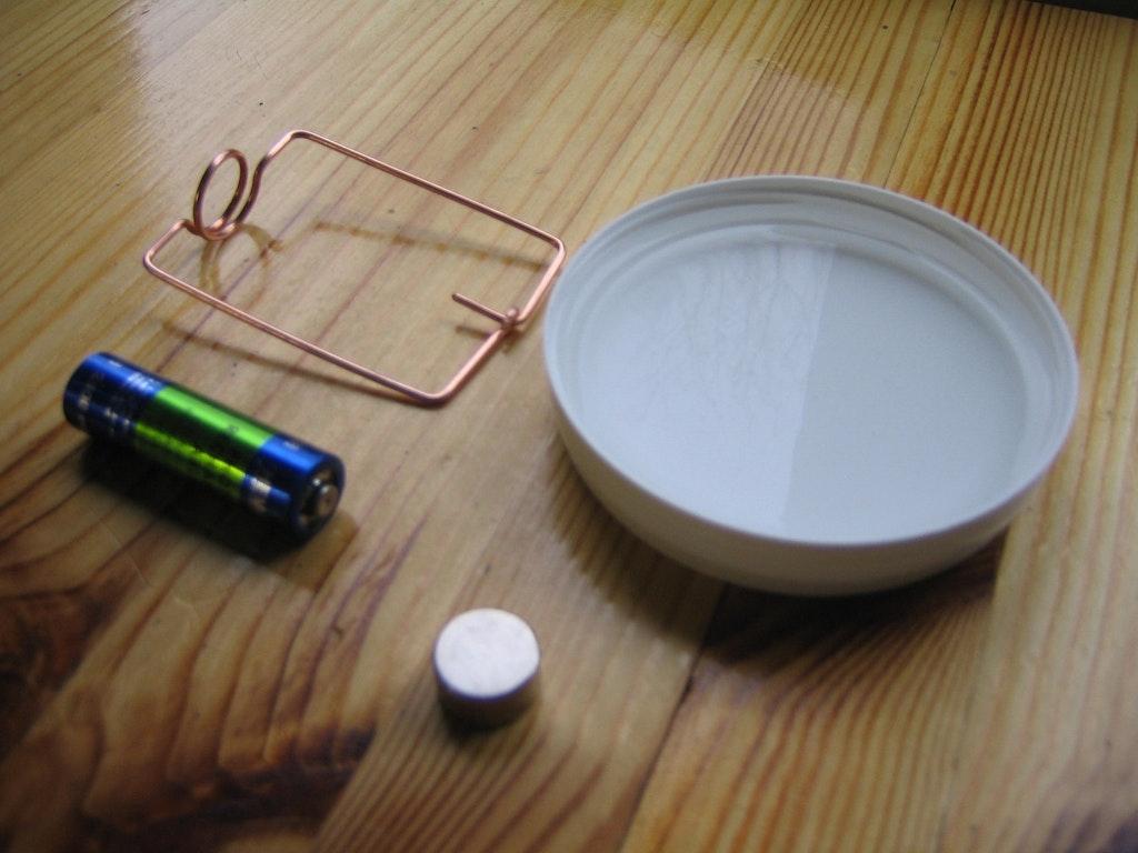 elektromotor selbst bauen mit magnet batterie und draht. Black Bedroom Furniture Sets. Home Design Ideas