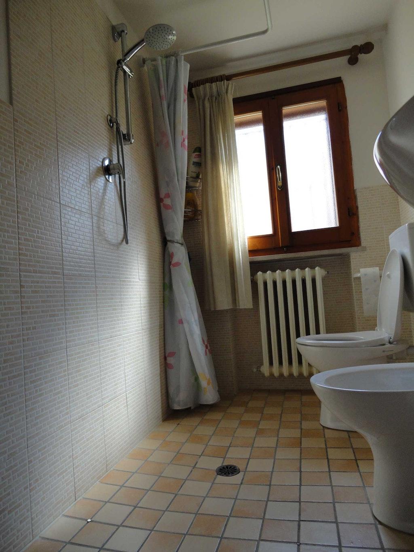 rideau de douche avec aimant pour la baignoire. Black Bedroom Furniture Sets. Home Design Ideas