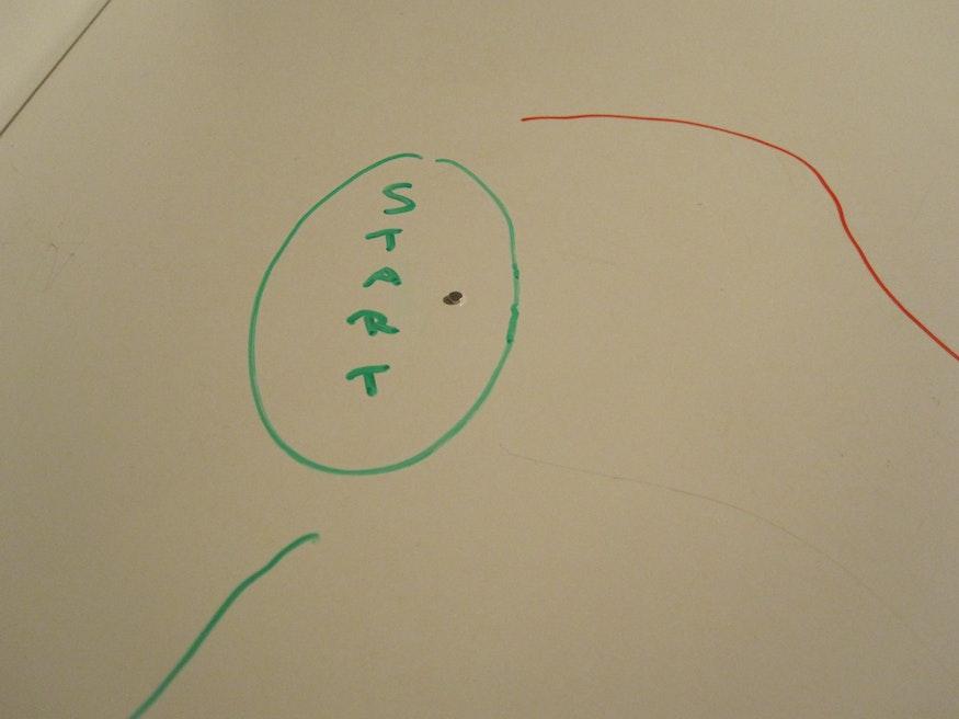 """Startposition: eine kleine Scheibe wird auf """"Start"""" gesetzt"""