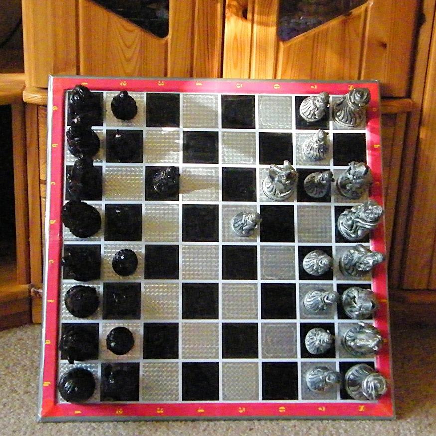 Das Spielbrett kann aufrecht an einen Kasten gelehnt werden - und alle Figuren bleiben am richtigen Platz!