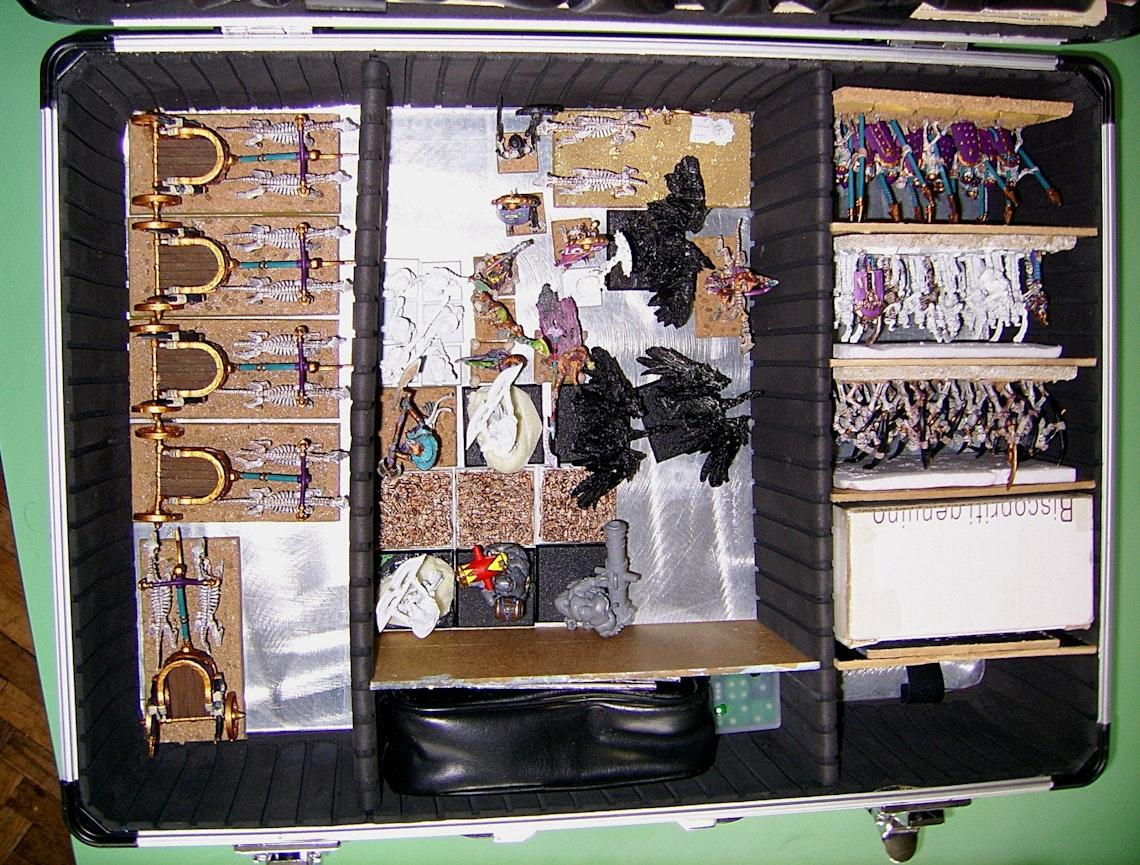 Un maletín lleno de figuras de Warhammer