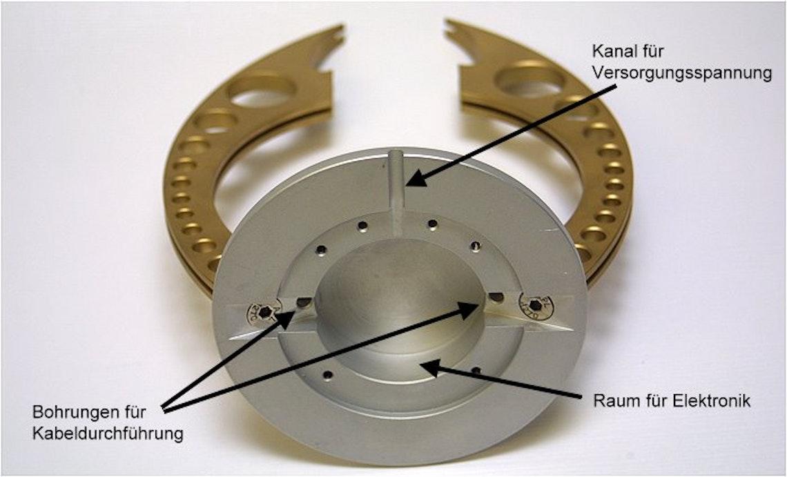 Vista desde abajo: aquí se encuentra el sistema electrónico sobre la placa experimental. Los cables para dar suministro a la cúpula se introducen por los agujeros.