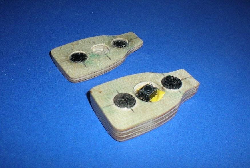 Je zwei versenkte Scheibenmagnete des Typs  und  halten die kleine Lampe zusammen.