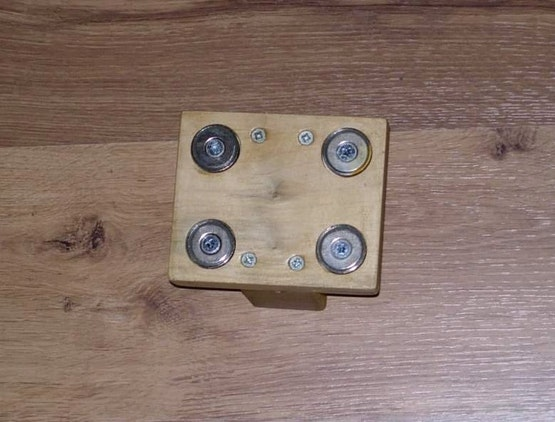 Rückseite eines Fahnenhalters mit 4 Stück