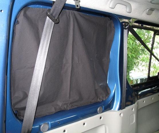Rideau d'occultation pour voiture avec des aimants cousus dans l'ourlet