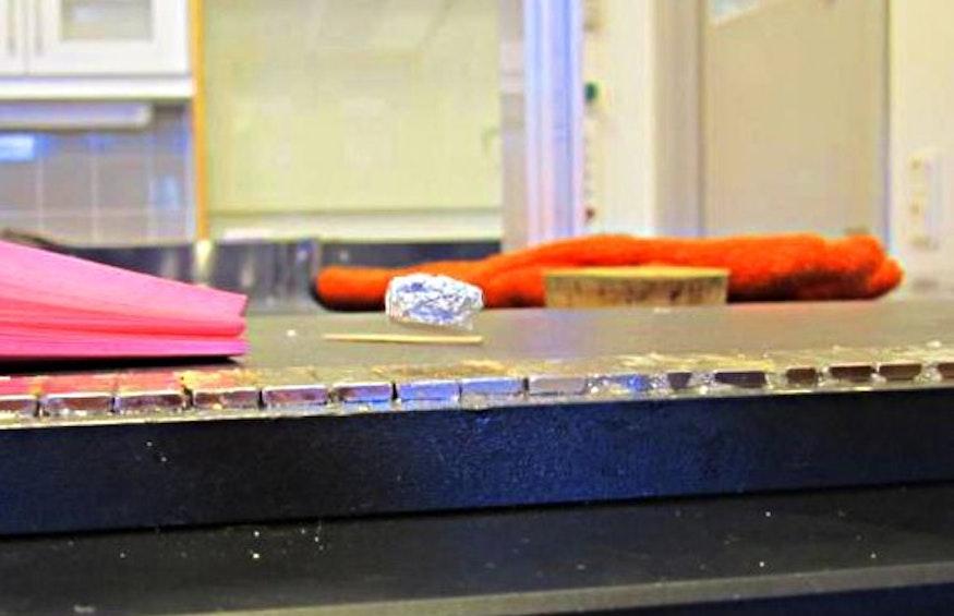 Schwebender Supraleiter in Aluminiumfolie