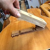Gitarrenreparatur mit Magnet-Zwinge