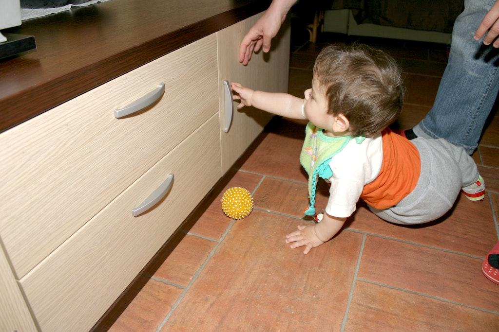 s curit enfants invisible pour placard supermagnete. Black Bedroom Furniture Sets. Home Design Ideas