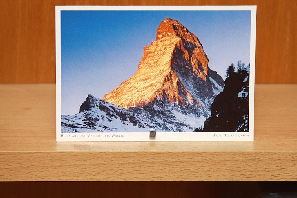 support pour cartes postales fait de vis et d 39 aimants. Black Bedroom Furniture Sets. Home Design Ideas