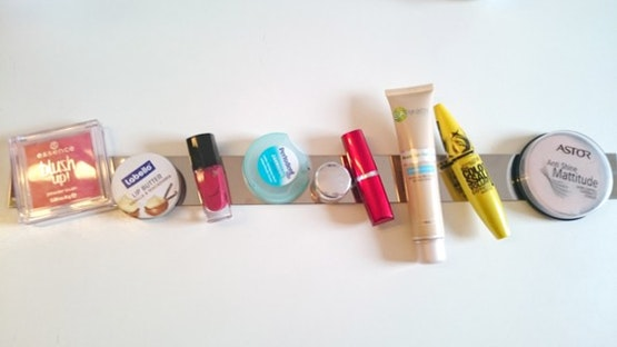 Cómo fijar productos cosméticos a una barra magnética