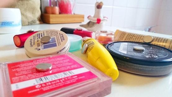 Los discos magnéticos adhesivos se pegan en los artículos de maquillaje.