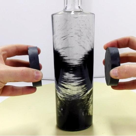 Limatura di ferro in una bottiglia d'acqua