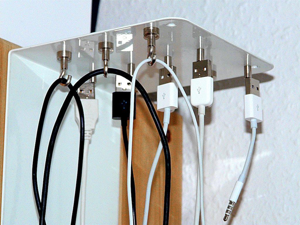 kabel ordentlich aufh ngen mit magneten supermagnete. Black Bedroom Furniture Sets. Home Design Ideas