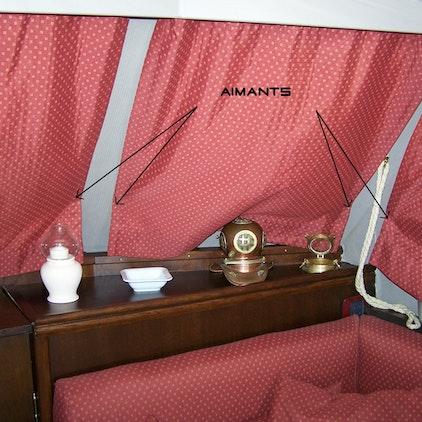 Des hublots de yacht occultés par des rideaux