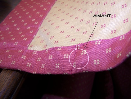 Des aimants cousus dans l'ourlet du rideau