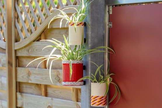Floating flower pots: Thanks to magnets, tin cans can be attached to the metal braces of a terrace